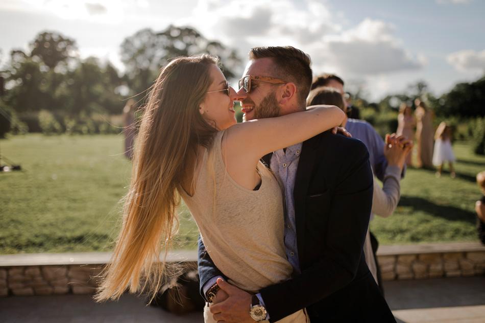 convives mariage danse