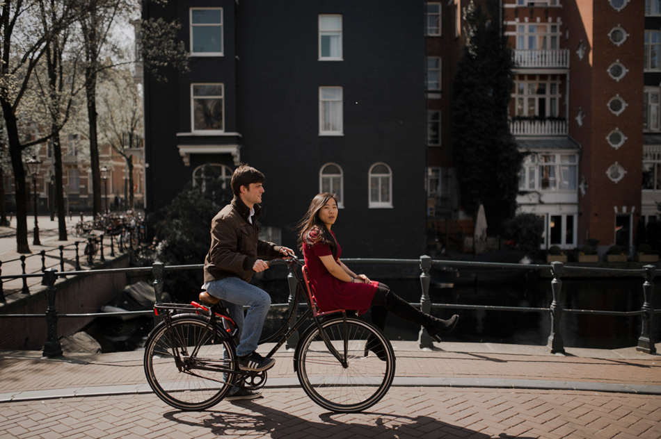 couple shoot with bike in amsterdam