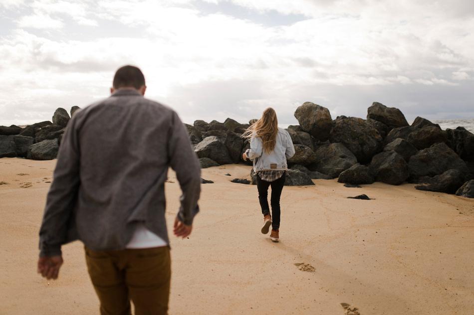 couple courrant sur la plage pays basque