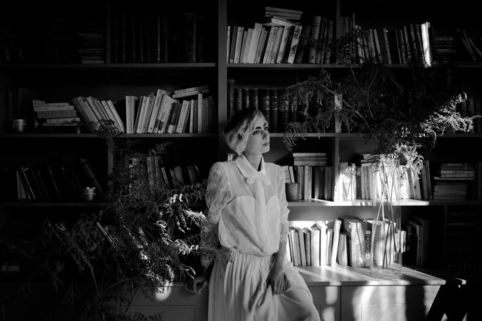 mariee dans une bibliotheque