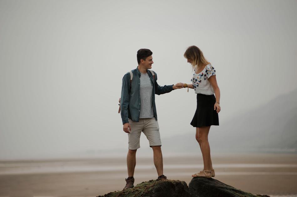 photographie de couple sur une plage deserte