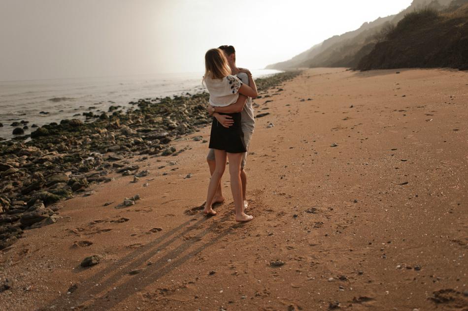 couple au lever du jour plage normande