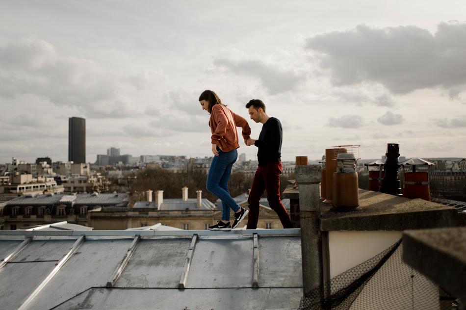 couple marchant sur les toits
