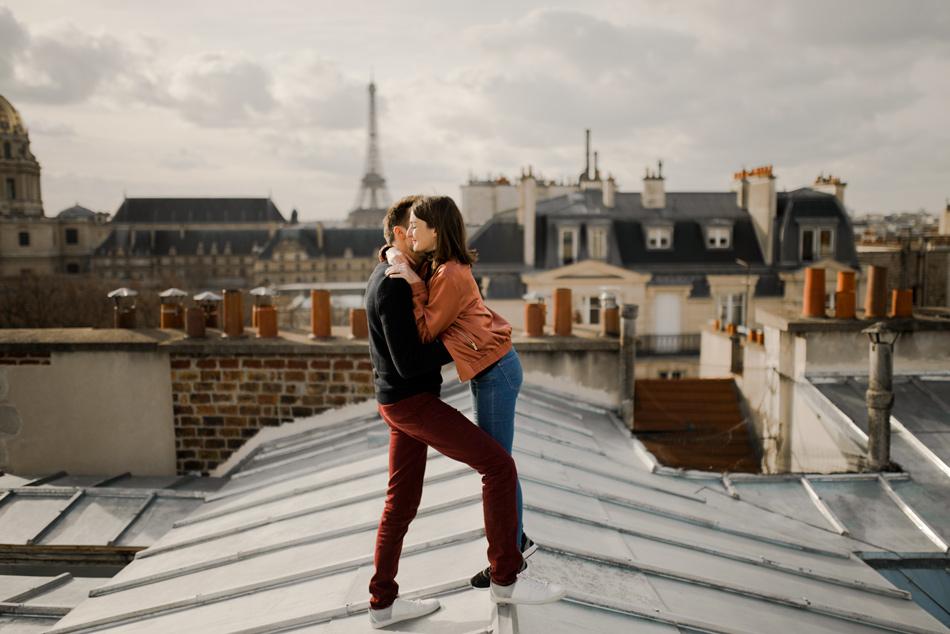 couple sur les toits de paris