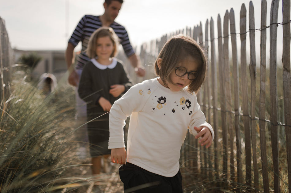 enfant courrant sur la dune