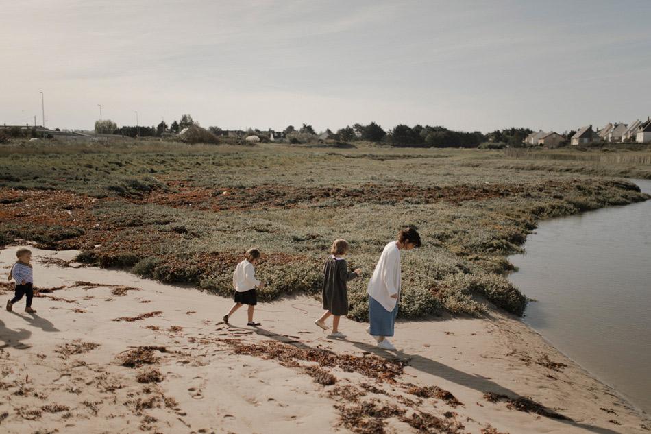 mere et ses enfants sur la plage