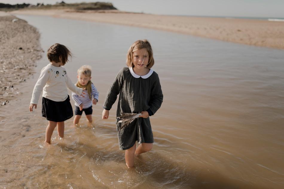 trois enfants sur la plage Normandie