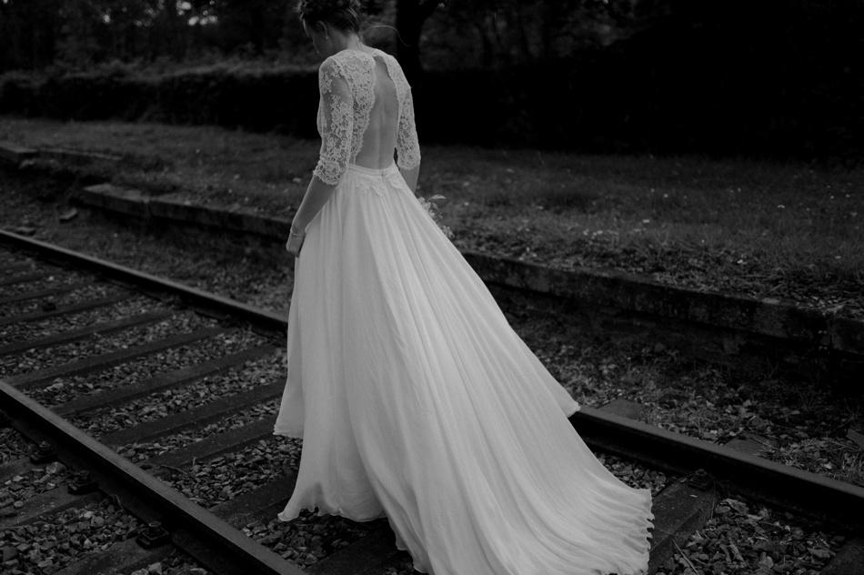 mariage photo sur des anciens rails de train