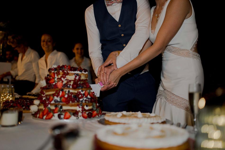 le gateau des mariés est coupé