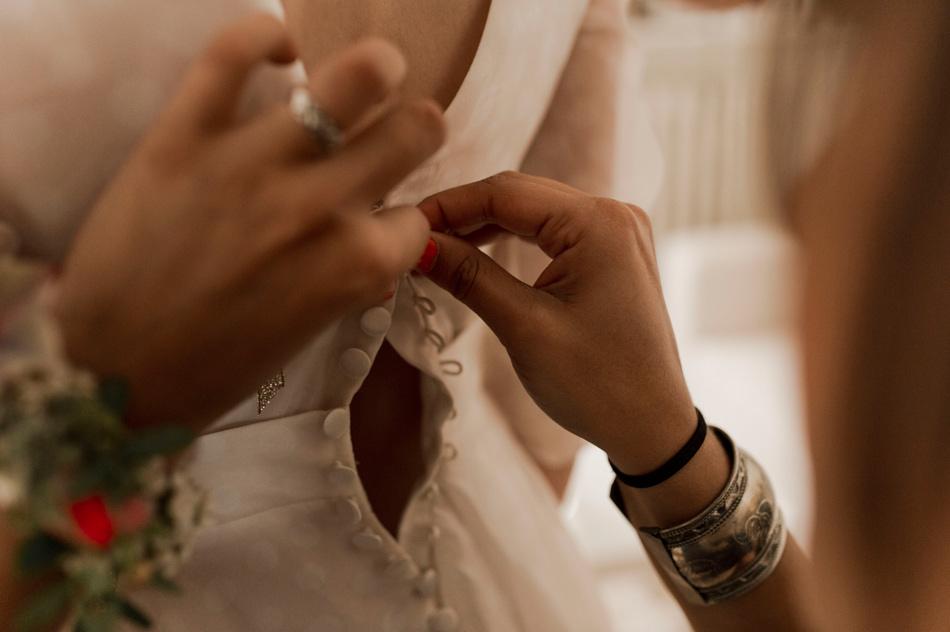 boutonner la robe de mariée