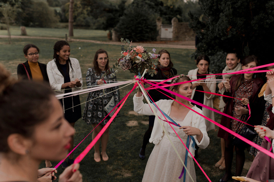photo de mariage lancer de bouquet ruban