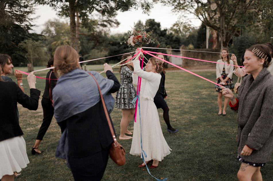 les rubans autour du bouquet de la mariée