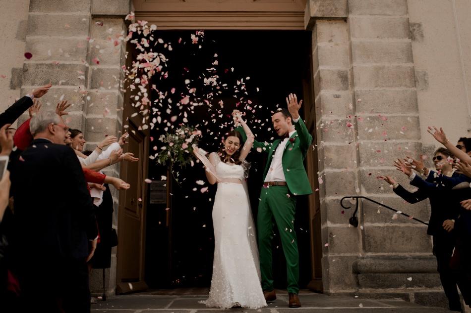 sortie des mariés eglise pétales de rose