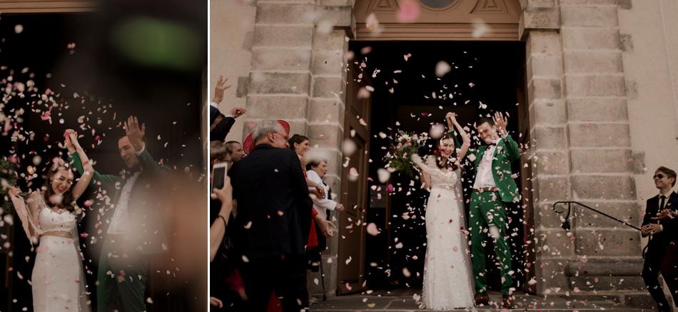 mariés en vert sortie d'église