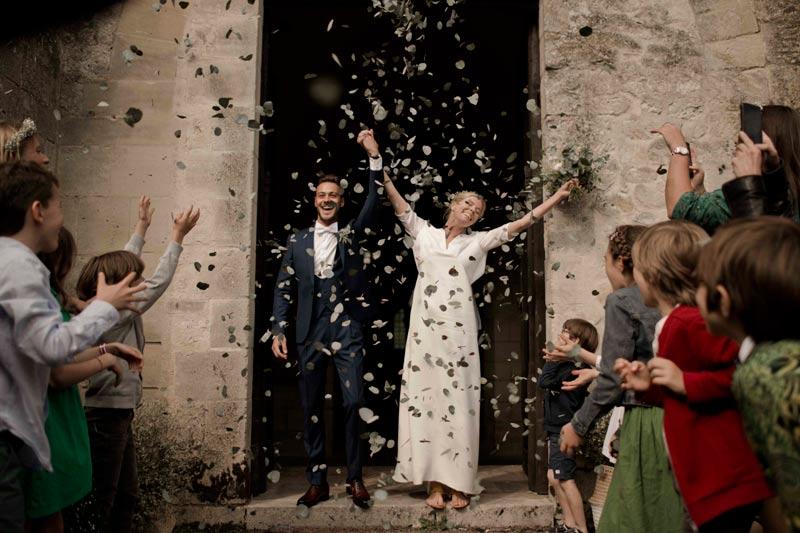 Couple de mariés sortie d'église